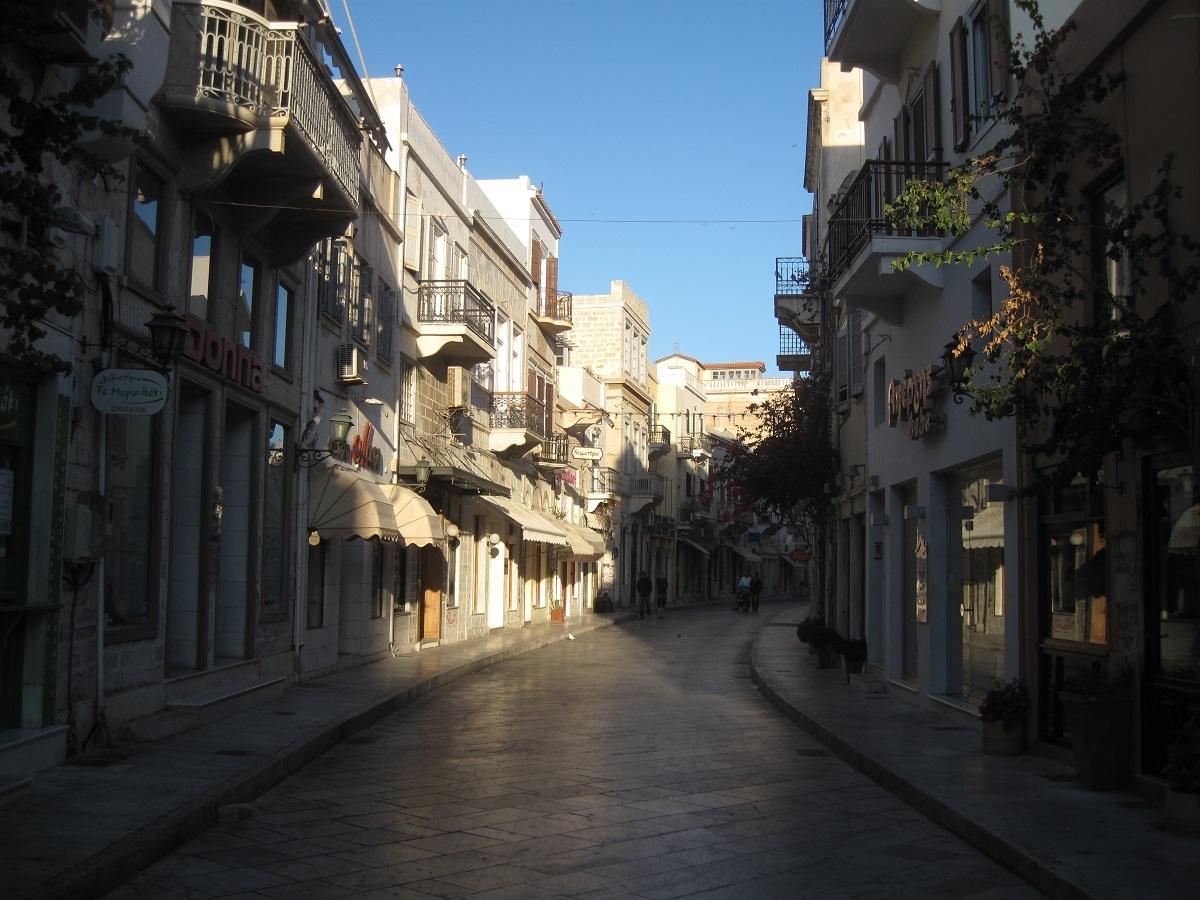 Η φωτογραφία που αλιεύσαμε στα social media και δείχνει έναν κεντρικό δρόμο της Σύρου, είναι ο καλύτερος μάρτυρας του σημαντικού παρελθοντος και του λαμπρού παρόντος.