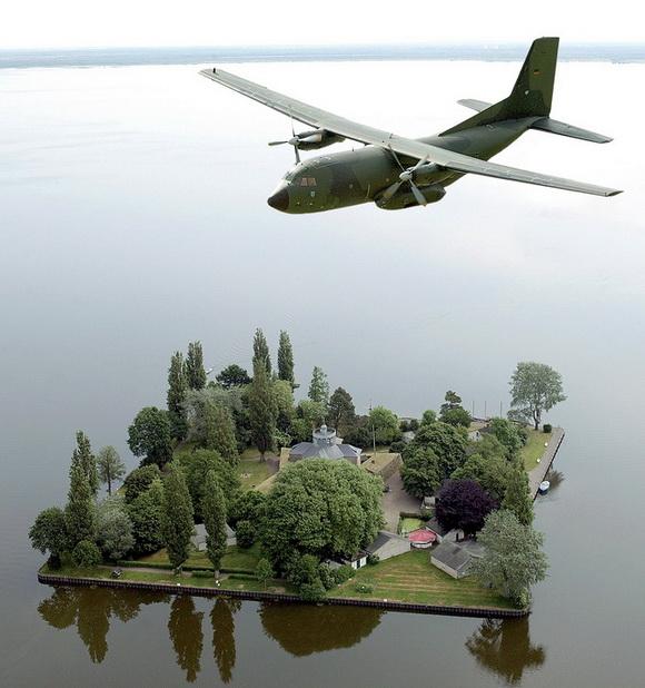 Überflug einer C-160 D Transall ( Transportflugzeug ) über die Insel Wilhelmstein im Steinhuder Meer. 4516383