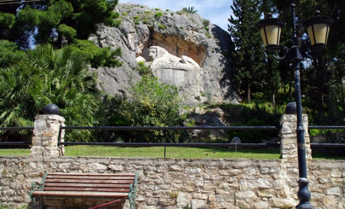 Στο Ναύπλιο υπάρχει ένα λιοντάρι που λαξεύτηκε σ' ένα βράχο το 19ο αιώνα