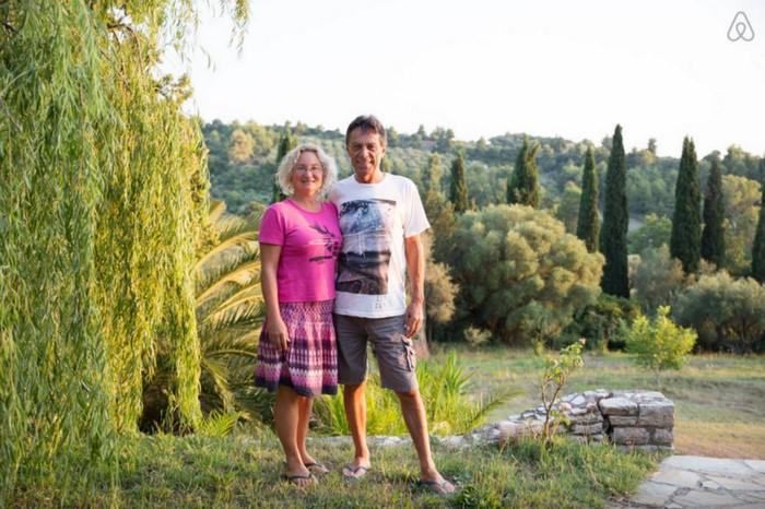 Το ζευγάρι που έφτιαξε στην Αμαλιάδα το ωραιότερο δεντρόσπιτο στην Ελλάδα
