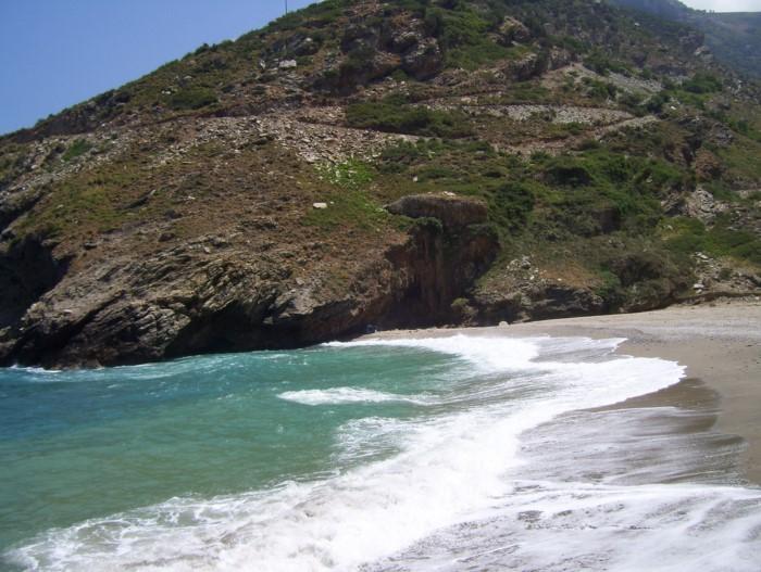Η άγνωστη μαγική παραλία της Εύβοιας με το φαράγγι, τη λιμνούλα και τους.. σταλακτίτες!