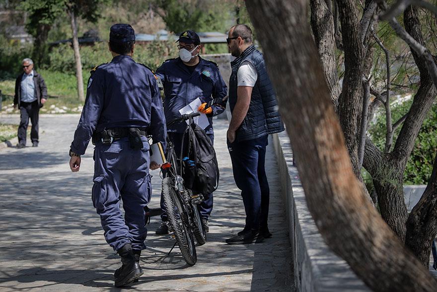 Απαγόρευση κυκλοφορίας - Κορωνοϊός: Η παραλία Φλοίσβου γέμισε κόσμο και οι αστυνομικοί δεν σταματούσαν τους ελέγχους