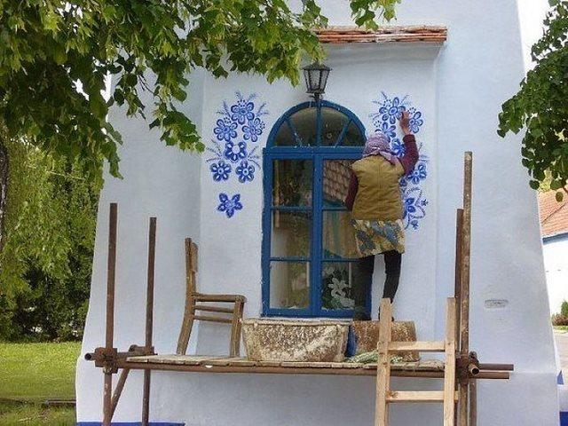 Αυτή η 87χρονη γιαγιά ζωγραφίζει σπίτια. Και είναι απίστευτα καλή σε αυτό που κάνει!
