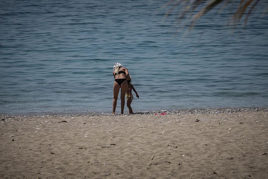 Απαγόρευση κυκλοφορίας - Κορωνοϊός: Λουόμενοι στην παραλία του Φλοίσβου το μεσημέρι του Σαββάτου 11 Απριλίου 2020