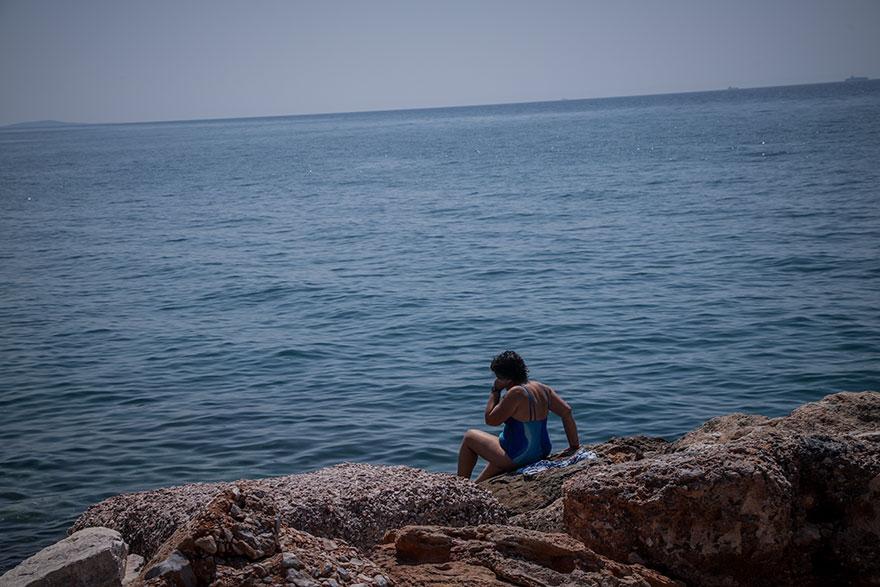 Κορωνοϊός: Μπάνιο εν μέσω απαγόρευσης κυκλοφορίας στην παραλία του Φλοίσβου