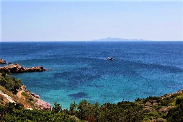 Αυτές είναι οι 5 ωραιότερες -και δωρεάν- παραλίες με κρυστάλλινα νερά δίπλα στην Αθήνα (Pics)