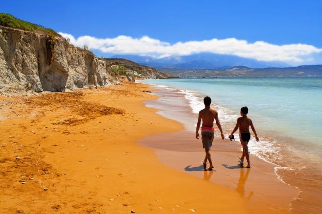 Πορτοκαλί παραλία Κεφαλονιά με ανθρώπους