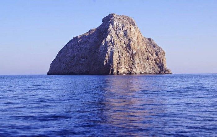 Χύτρα: Η βραχονησίδα στα Κύθηρα με τη θαλάσσια σπηλιά που θυμίζει πισίνα!