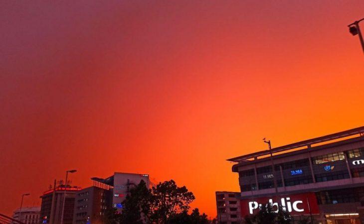 Ουρανός Αττική: Ο ουρανός της Αθήνας βάφτηκε πορτοκαλί. Σκέτη Μαγεία!