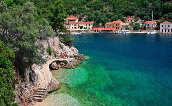 Ξέχνα φέτος Κουφονήσια και Κύθηρα! Το φτηνό νησί με τις σμαραγδένιες παραλίες που για χάρη του αλλάζεις lifestyle διακοπών