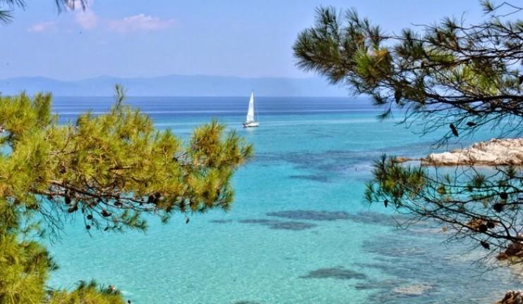 Καβουρότρυπες: Η παραλία με τα τιρκουάζ νερά και τα λευκά βράχια που θυμίζει εξωτικό παράδεισο