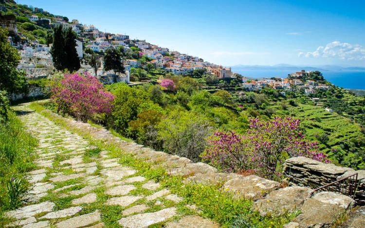 Ένα τσιγάρο δρόμος από την Αθήνα με δεκάδες επιλογές παραλιών: Το Κυκλαδονήσι που φτάνεις με 11,5€