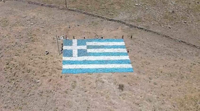 Ελληνική σημαία 500 τ.μ. με πέτρες στην Λέσβο