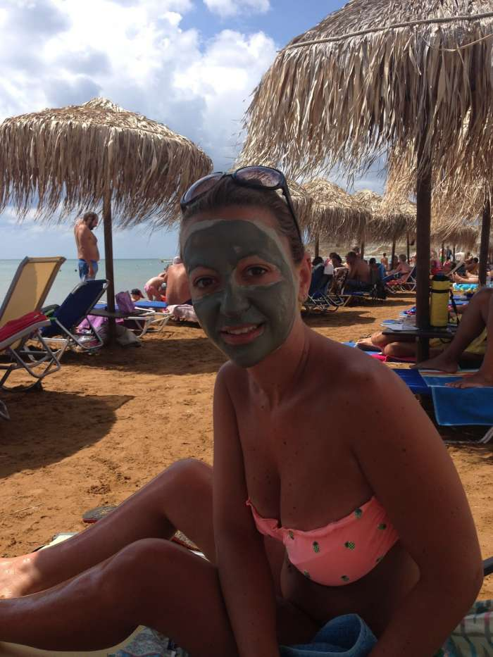 Κρυστάλλινα νερά και γκρίζος άργιλος: Αυτή είναι η παραλία που έχουν ερωτευτεί όλες οι Ελληνίδες (Pics)