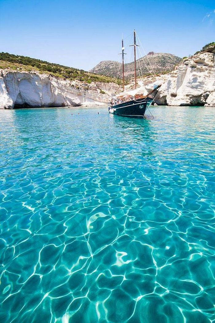 Κρυσταλλένιος υδάτινος παράδεισος στην Μήλο, με νερά που θυμίζουν Καραϊβική.