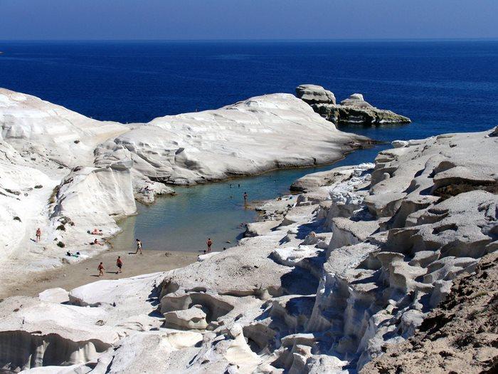 η παραλία Σαρακήνικο στο νησί της Μήλου συνδυάζει την εξωτική γήινη ομορφιά με την… εξωγήινη.