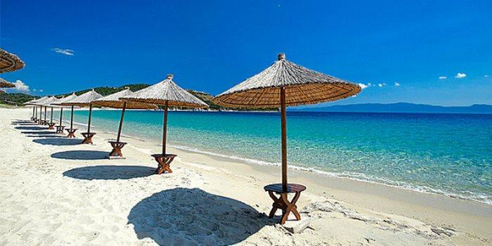 Το μικροσκοπικό νησάκι Αμμουλιανή στην Χαλκιδική δεν έχει τίποτα να ζηλέψει από τα αντίστοιχα της Καραϊβικής.