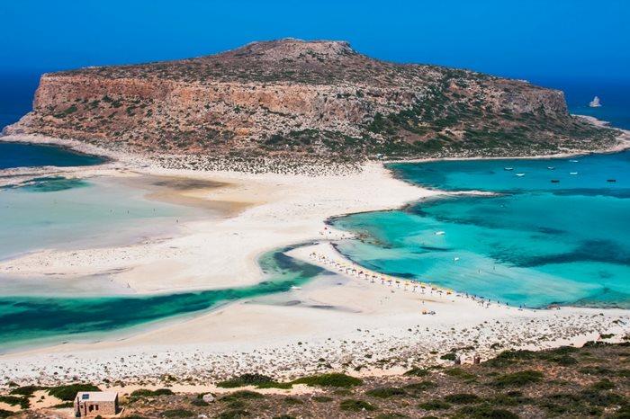 Τα τιρκουάζ νερά παίζουν με την λευκή άμμο στην παραλία Μπάλος στην Κρήτη.