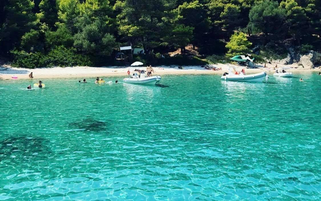 Παραλίες που δεν πιστεύεις πως δεν έχουν υποστεί Photoshop: Το νησί-όνειρο με τα γαλαζοπράσινα νερά που φέτος αποθεώνεται