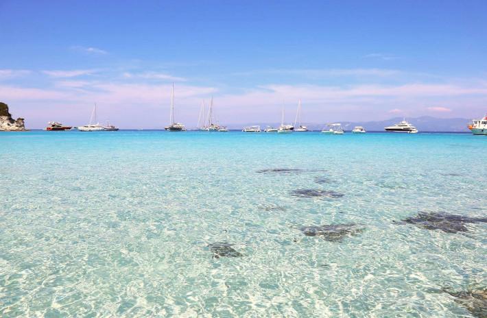 Νερά που θυμίζουν Μαλδίβες: Το γαλαζοπράσινο αριστούργημα που... σιγοντάρει το κύρος των Επτανήσων