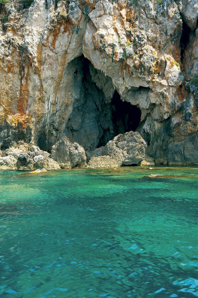Οι σπηλιές στο νησί Μαύρο Όρος των Συβότων σε προκαλούν για εξερεύνηση.