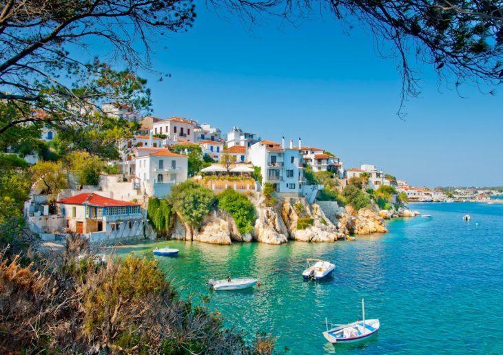 Νέα Σαντορίνη: Το πιο πράσινο νησί της Ελλάδας που έριξε τις τιμές και θα μείνεις τον Αύγουστο με 37 ευρώ τη μέρα