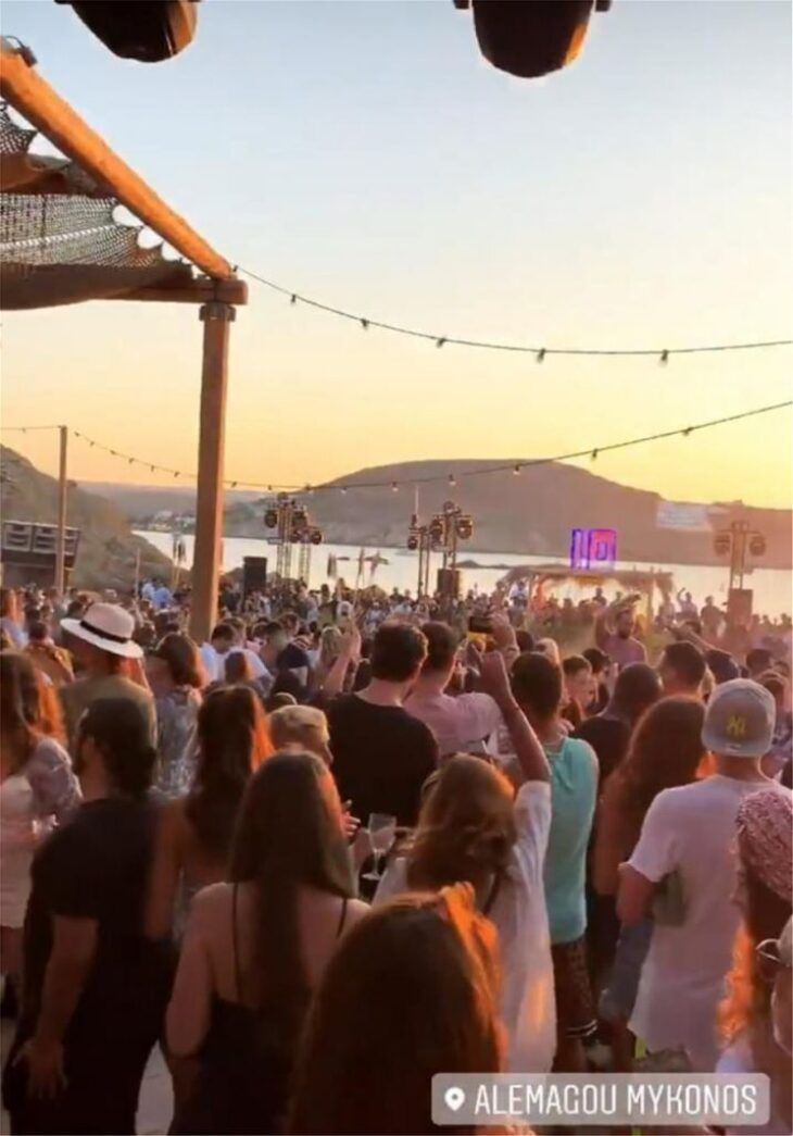 Μύκονος: Πρωτόγνωρες εικόνες συνωστισμού κόσμου σε beach bar