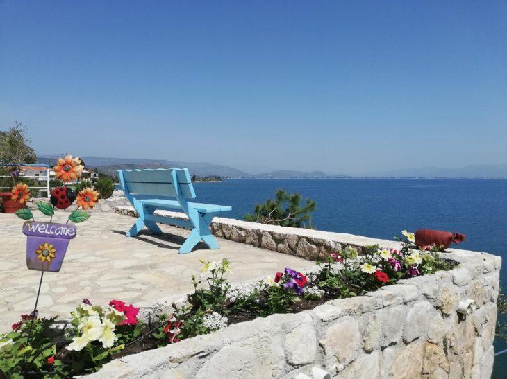 Είναι 100 λεπτά από την Αθήνα, έχει θέα όλο το Ναύπλιο, υπέροχο φτηνό φαγητό και μένεις Σαββατοκύριακο με 50€