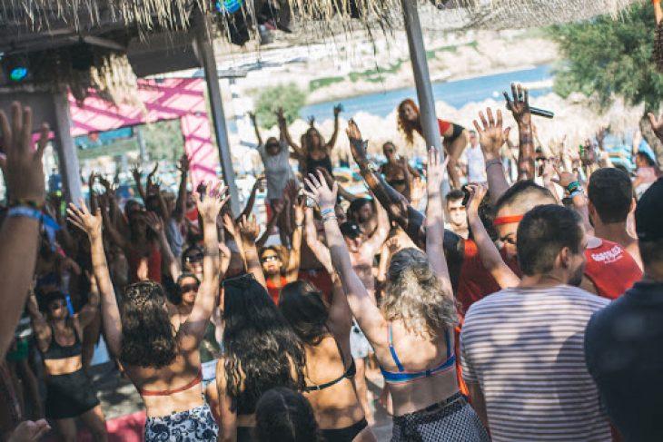 Οι λοιμωξιολόγοι θέλουν να κλείσουν τα beach bar και να επιβάλλουν παντού τη μάσκα λόγω κορονοϊού