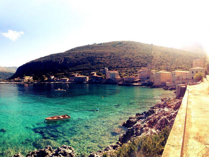 Δεν χρειάζεται πλοίο, έχεις κρυφές παραλίες με μαγικά νερά και μπορείς να μείνεις μόνο με 38€ τη μέρα