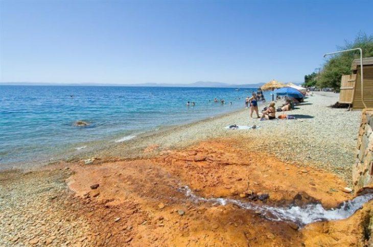 Ήλια: Γνωρίστε την παραλία της Εύβοιας  που μπορείς να κάνεις μπάνιο μέχρι τον Νοέμβρη