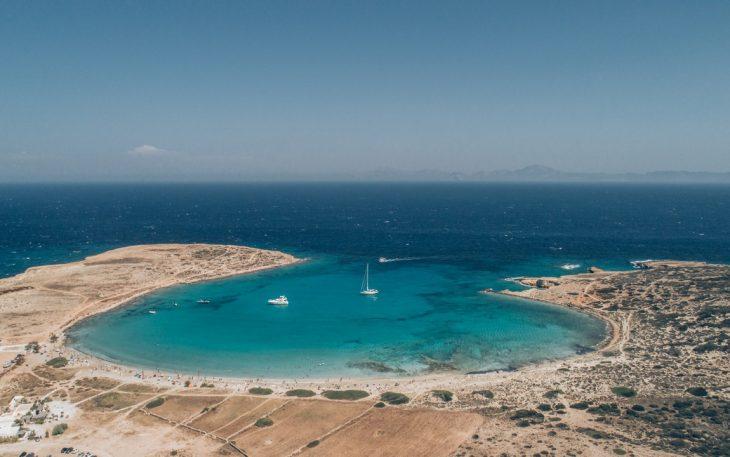 Ελληνικό Μπαλί: Έχει νερά πισίνας με άμμο και την λατρεύουν οι διάσημοι