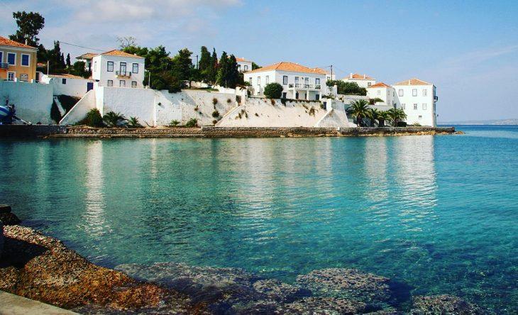 Σπέτσες: Φτάνεις σε 2 ώρες από τον Πειραιά, φέτος έριξε τις τιμές στο πάτωμα και περνάς βασιλικά με 70 ευρώ