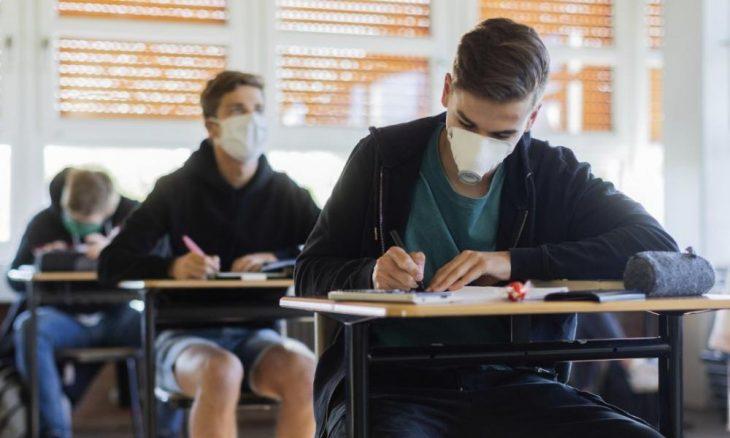 Μάσκα στο σχολείο: Υποχρεωτική εξετάζουν οι επιστήμονες