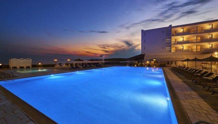 Σας προτείνουμε αυτό το 4στερο ξενοδοχείο στην Τήνο που μπορείς να μείνεις με λιγότερα από 50€ τη μέρα