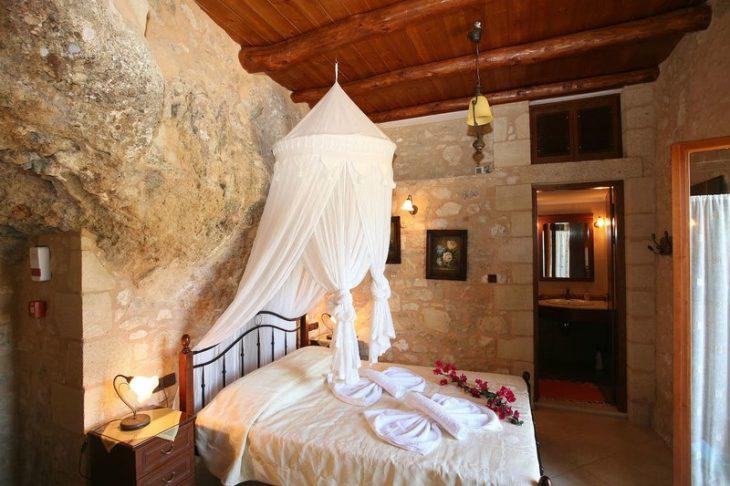 Eντυπωσιακό σπίτι-σπηλιά στα Χανιά ενοικιάζεται στο Airbnb για 55 ευρώ την βραδιά