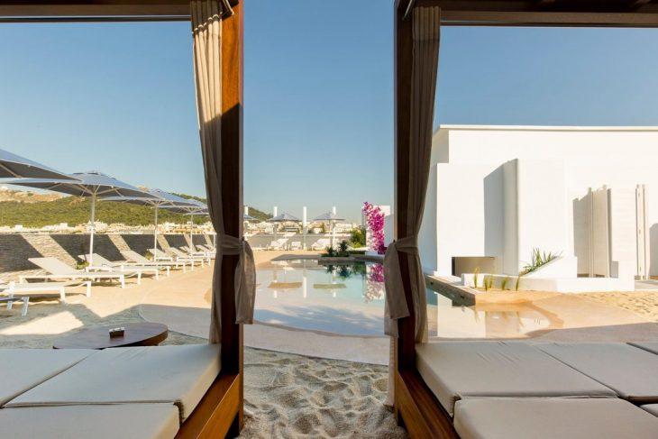 Mavili Beach: Ένα νησί μέσα την πλατεία Μαβίλη. Γνωρίστε το νέο κόσμημα της Αθήνας που θυμίζει παραλία