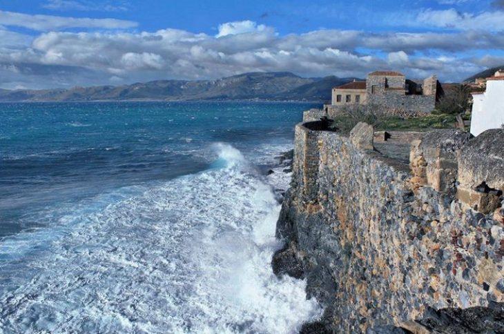 Η Ομορφότερη Κρυμμένη Πόλη του Κόσμου είναι Ελληνική. Όσοι γνωρίζουν θα την ανακαλύψουν στις Πλαγιές ενός Επιβλητικού Βράχου!