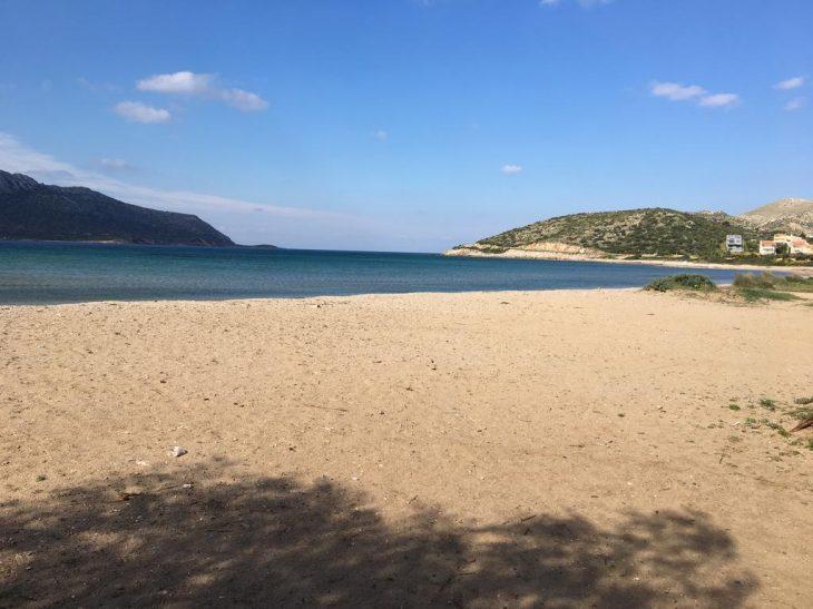 1 ώρα από την Αθήνα, η μόνη παραλία τόσο κοντά που έχει μεγάλη αμμουδιά με γαλάζια νερά και χρυσή άμμο σαν σε νησί