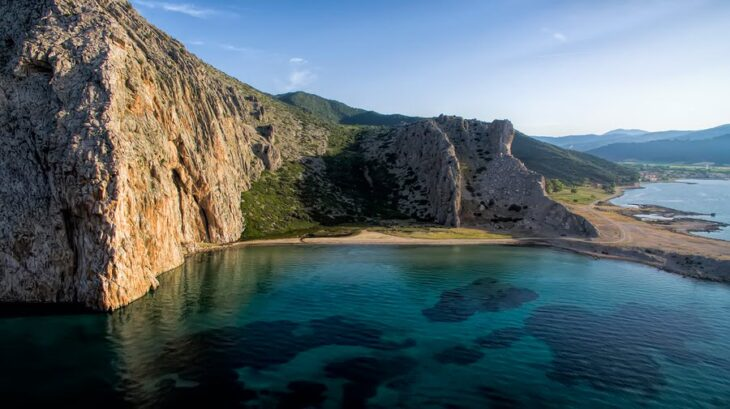 Γαλάζια λίμνη της Ελλάδας:  Άγνωστος παράδεισος 40 λεπτά απ' την Πάτρα