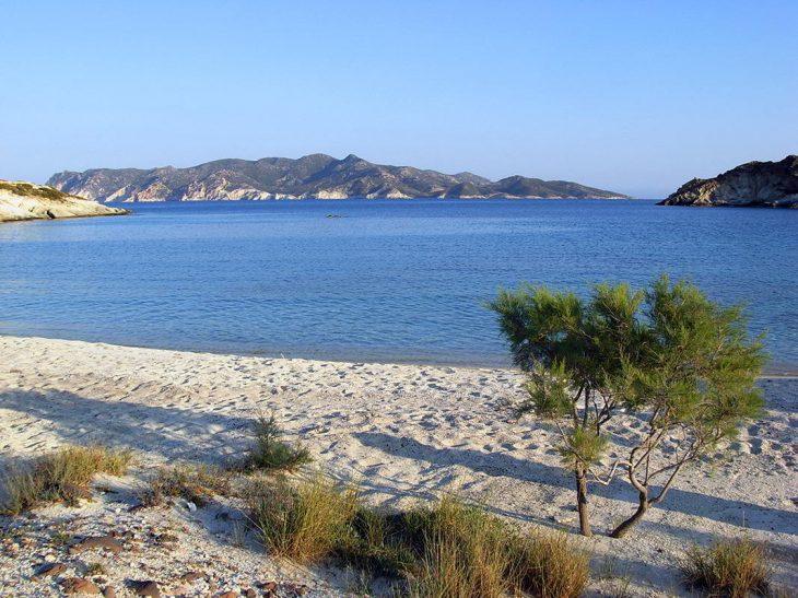 Ελληνική Καραϊβική: Παραλία με λευκή χοντρή άμμο και φυσική σκιά