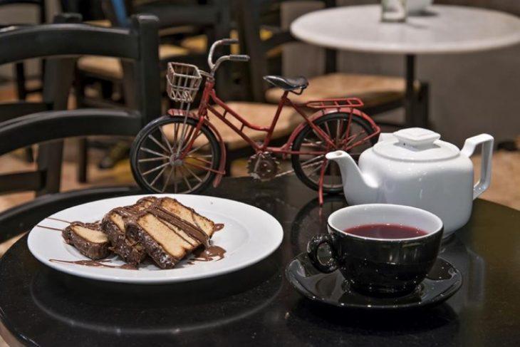 Παράδεισος των γλυκών: Ουρές στου Ψυρρή για απολαύσουν ένα γλυκό