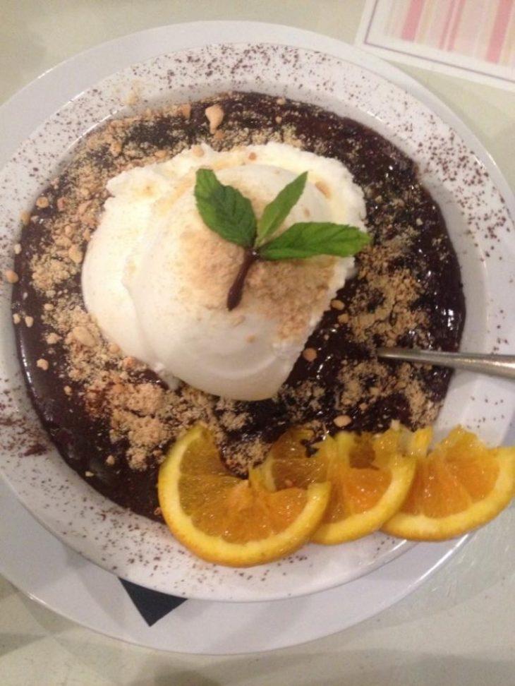 Παράδεισος των γλυκών: Βρίσκεται στου Ψυρρή και σχηματίζονται ουρές για μια μπουκιά στη σοκολάτας της αγάπης