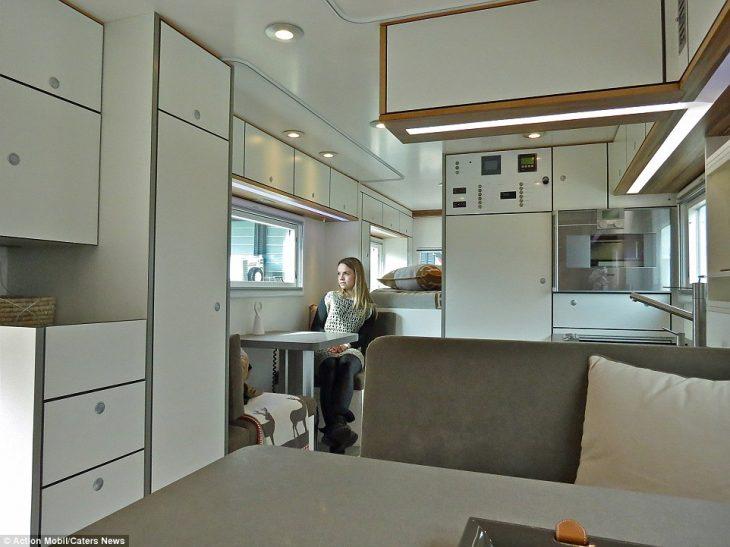 Είναι τροχόσπιτο, έχει μηχανή 720 ίππων, έχει απίστευτες ανέσεις, χωράει 2 οικογένειες και μέσα είναι σαν ξενοδοχείο