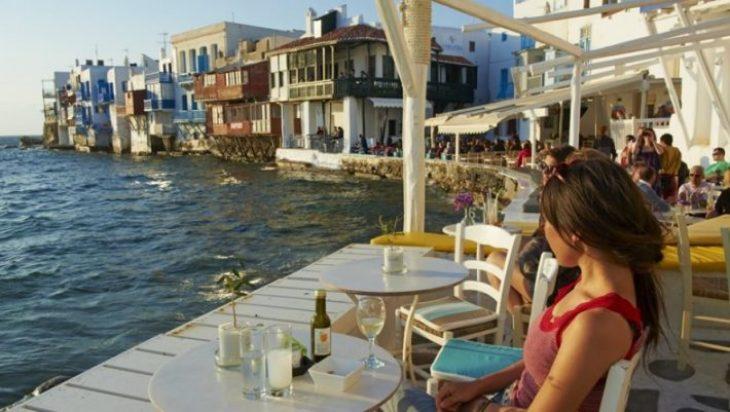 Ανακοίνωση Χαρδαλιά: Τι θα συμβεί με τους νέους που κάνουν διακοπές