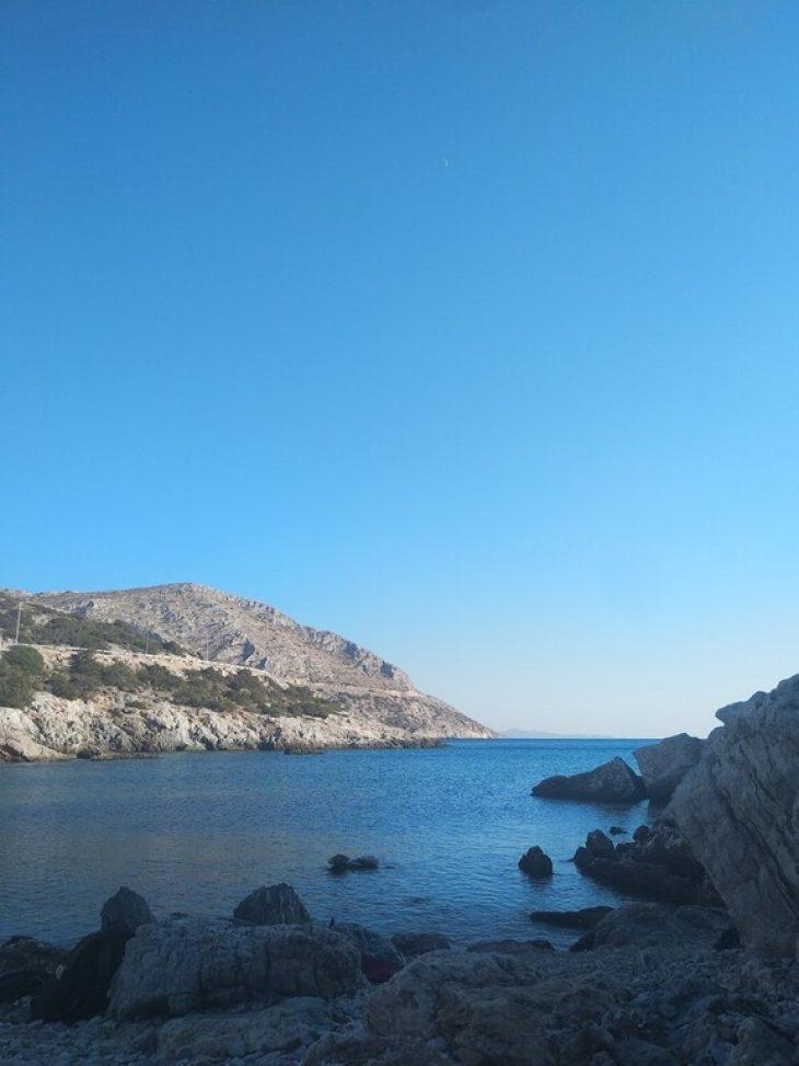 Η ομορφότερη μυστική, κρυμμένη παραλία της Αττικής για να πας με την παρέα σου και να περάσεις υπέροχα το Σεπτέμβριο