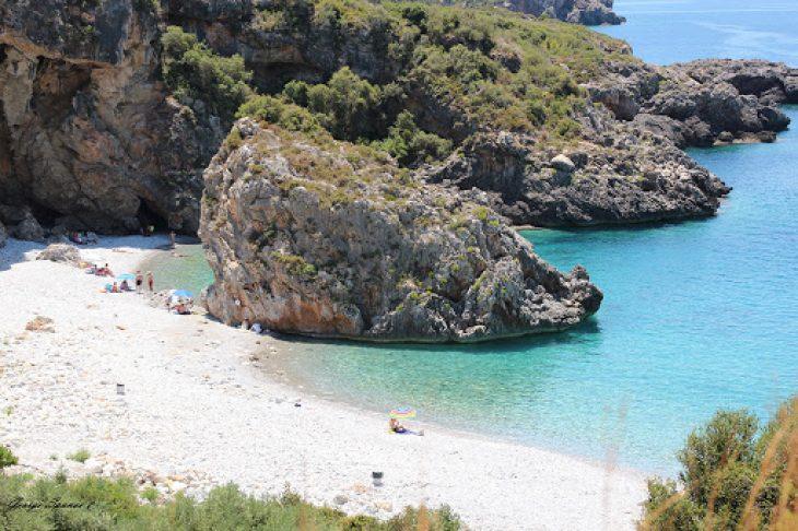 Παραλία του Φονέα: Νομίζεις ότι είσαι σε νησί σε αυτή την κρυφή παραλία