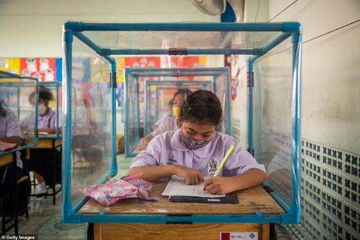 Κορονοϊός σχολεία: Πλαστικά κουβούκλια και μάσκες μέσα στην τάξη – Εικόνες που δημιουργούν αντιπαράθεση