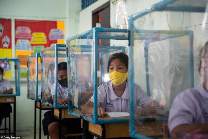 Κορονοϊός σχολεία: Πλαστικά κουβούκλια και μάσκες μέσα στην τάξη