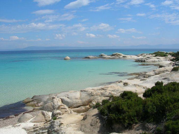 Η Χαβάη της Ελλάδας με τις κάτασπρες αμμουδιές, τα τιρκουάζ νερά, την ελεύθερη είσοδο και τις φθηνές ψαροταβέρνες